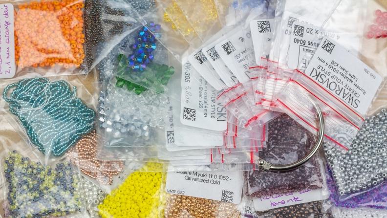perles rangées dans des sachets plastiques