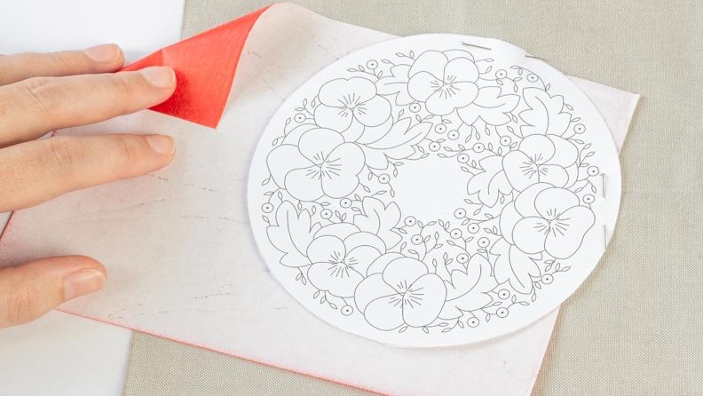 Glisser le papier carbone entre le motif et le tissu
