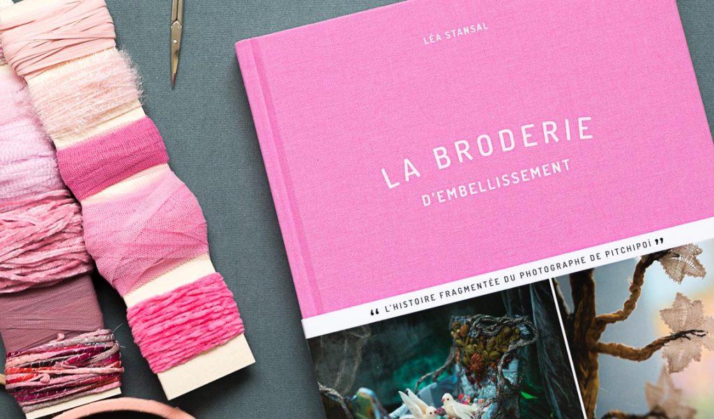couverture du livre, la broderie d'embellissement de Léa Stansal