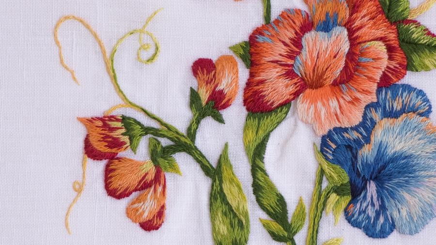 détail de la peinture à l'aiguille les pois de senteur orangés - modèle de Catherine Laurençon - Réalisation Marie Hébert