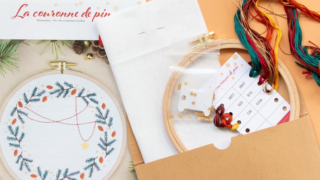 Contenu du kit couronne de pin - modèle de broderie Noël disponible sur Patience et Petits Points