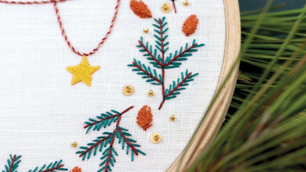 Modèle de broderie Noël - la couronne de pin - disponible en kit et PDF sur Patience et Petits Points