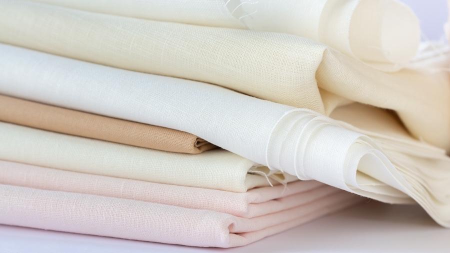 Apprendre la broderie : choisir un tissu adapté à son projet est essentiel pour obtenir de meilleurs résultats.